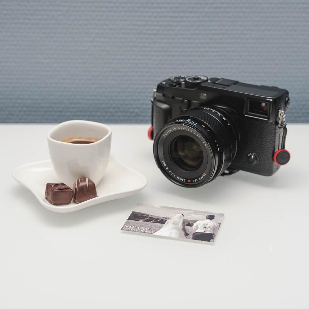 Bild zum Vorgespräch mit Kamera, Tasse Kaffee und Visitenkarte