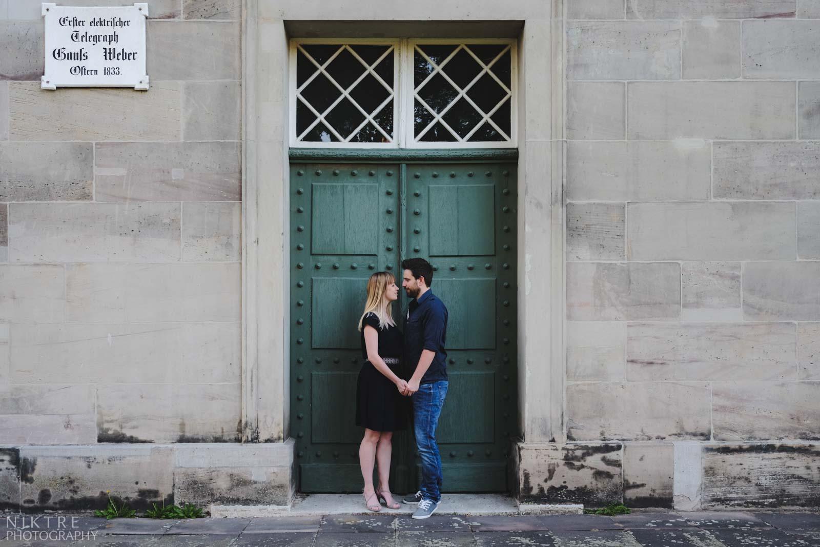 Paar hält die Hände beim Fotoshooting