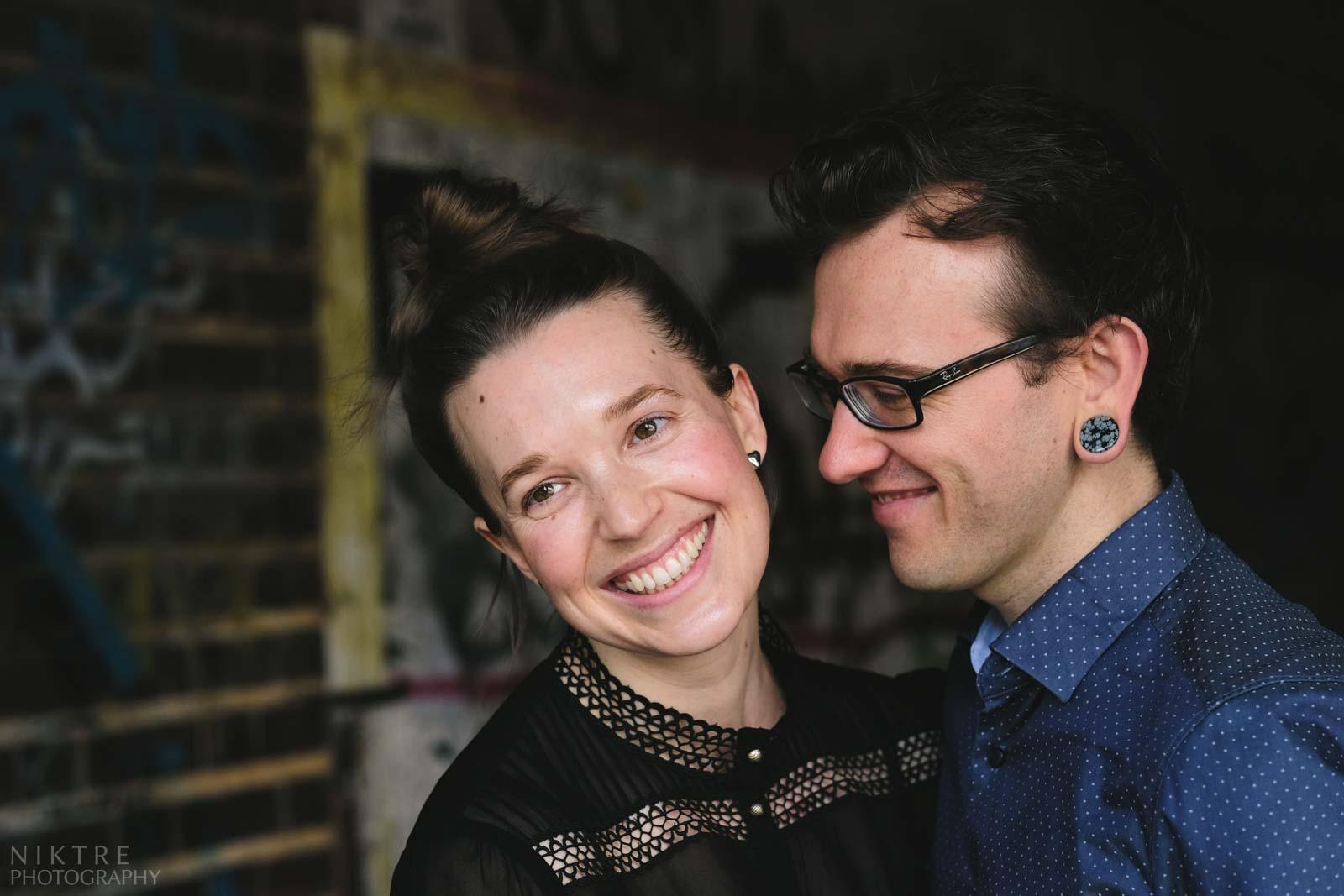Paar lächelt während eines Fotoshootings