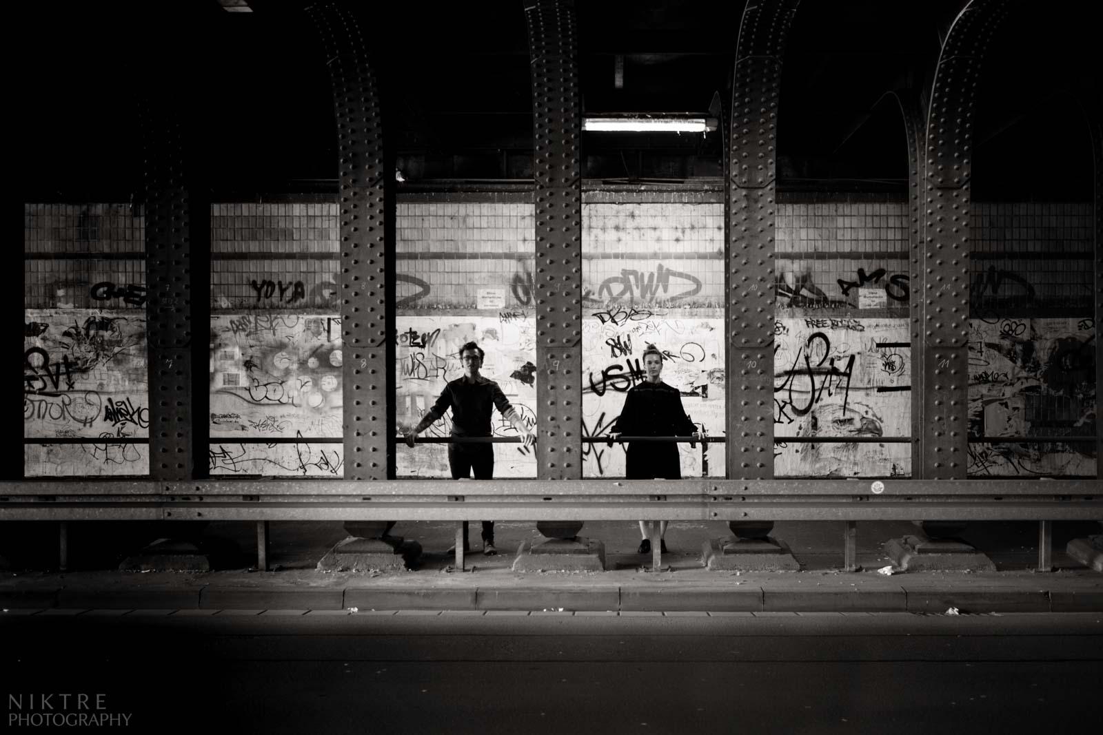 Paar im Tunnel mit Graffiti