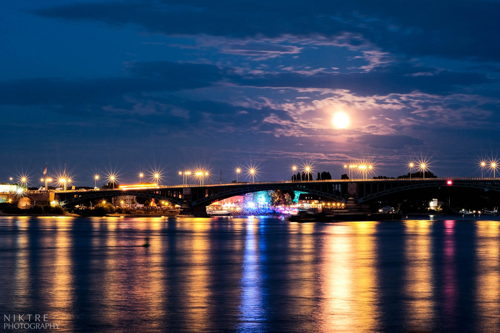 Theodor Heuss Brücke in Mainz in der Nacht