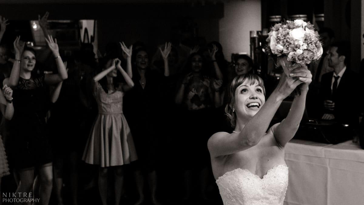 Braut auf einer Hochzeitsparty in Mainz wirft den Blumenstrauß den Freundinnen zu