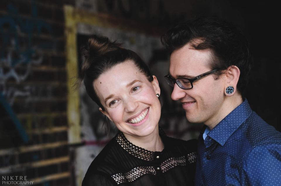 Paar lächelt bei einem Fotoshooting