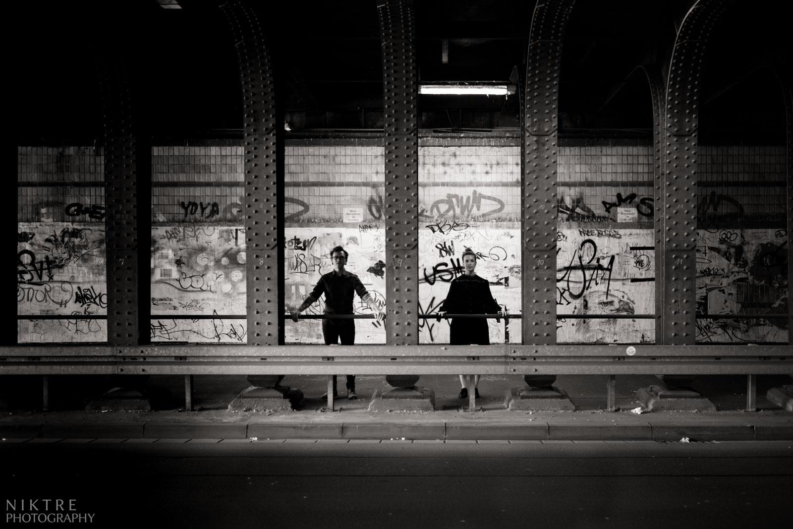 Ein Paar posiert in einem Tunnel mit Graffiti