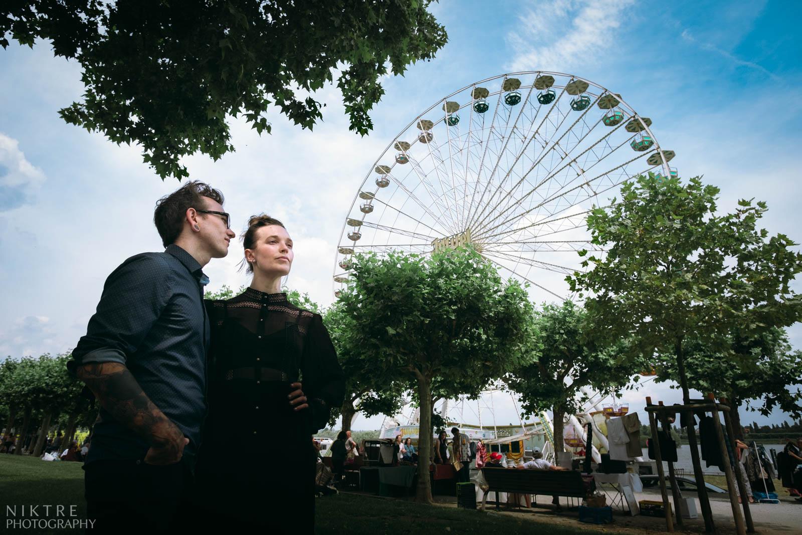 Paar Bild mit einem Riesenrad am Rheinufer in Mainz