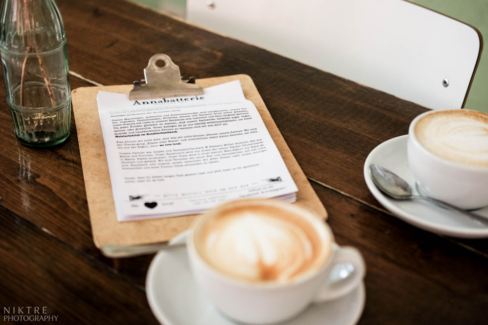 Speisekarte und eine Tasse Kaffee auf dem Tisch in Cafe