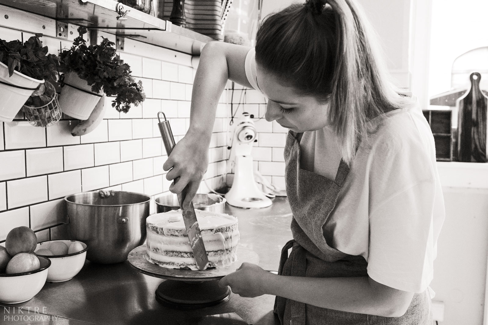 Eine Konditorin bereitet eine einstöckige Torte
