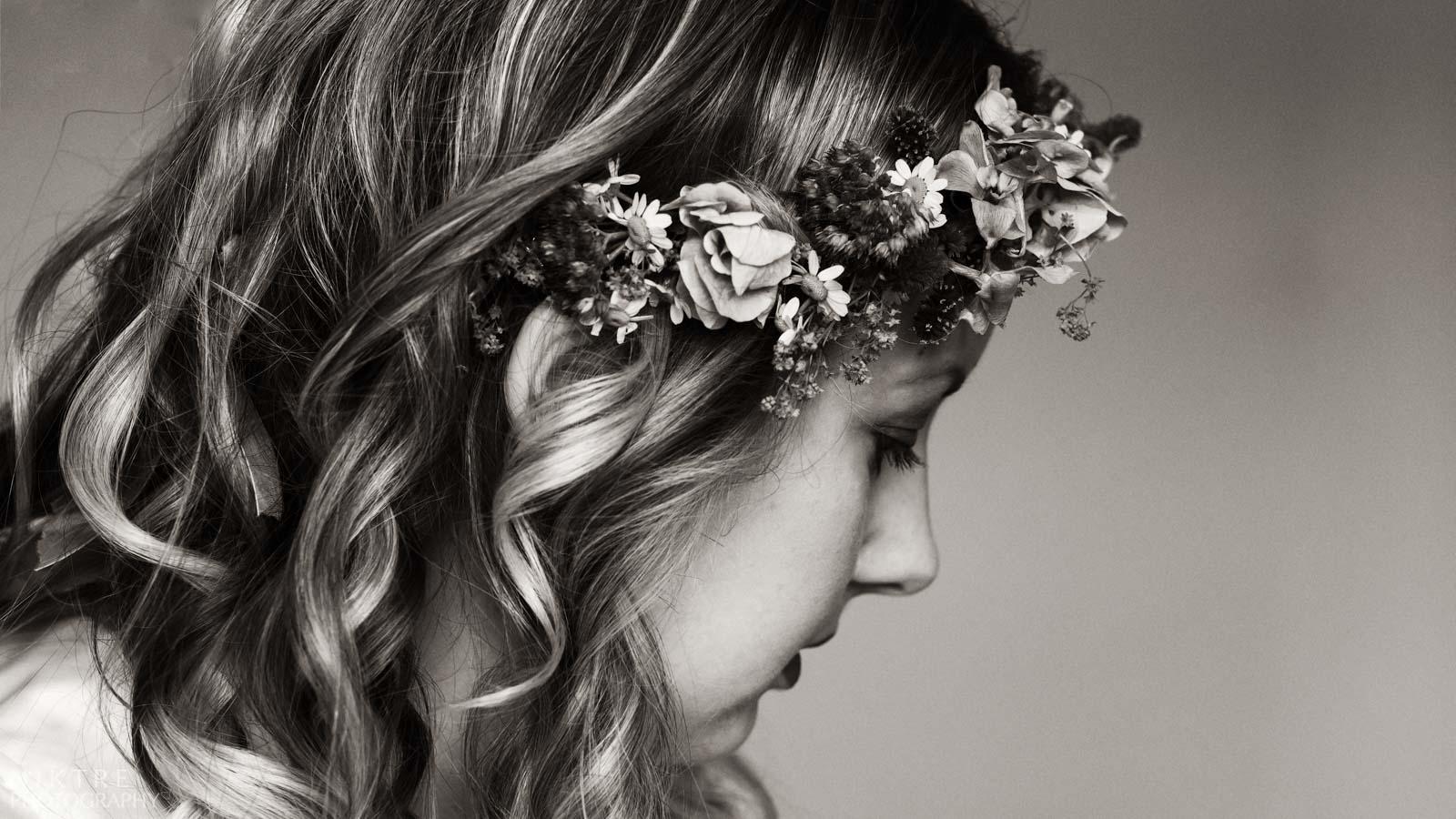 Hochzeitsfotograf Deutschland macht Foto von dem Blumenkranz der Braut