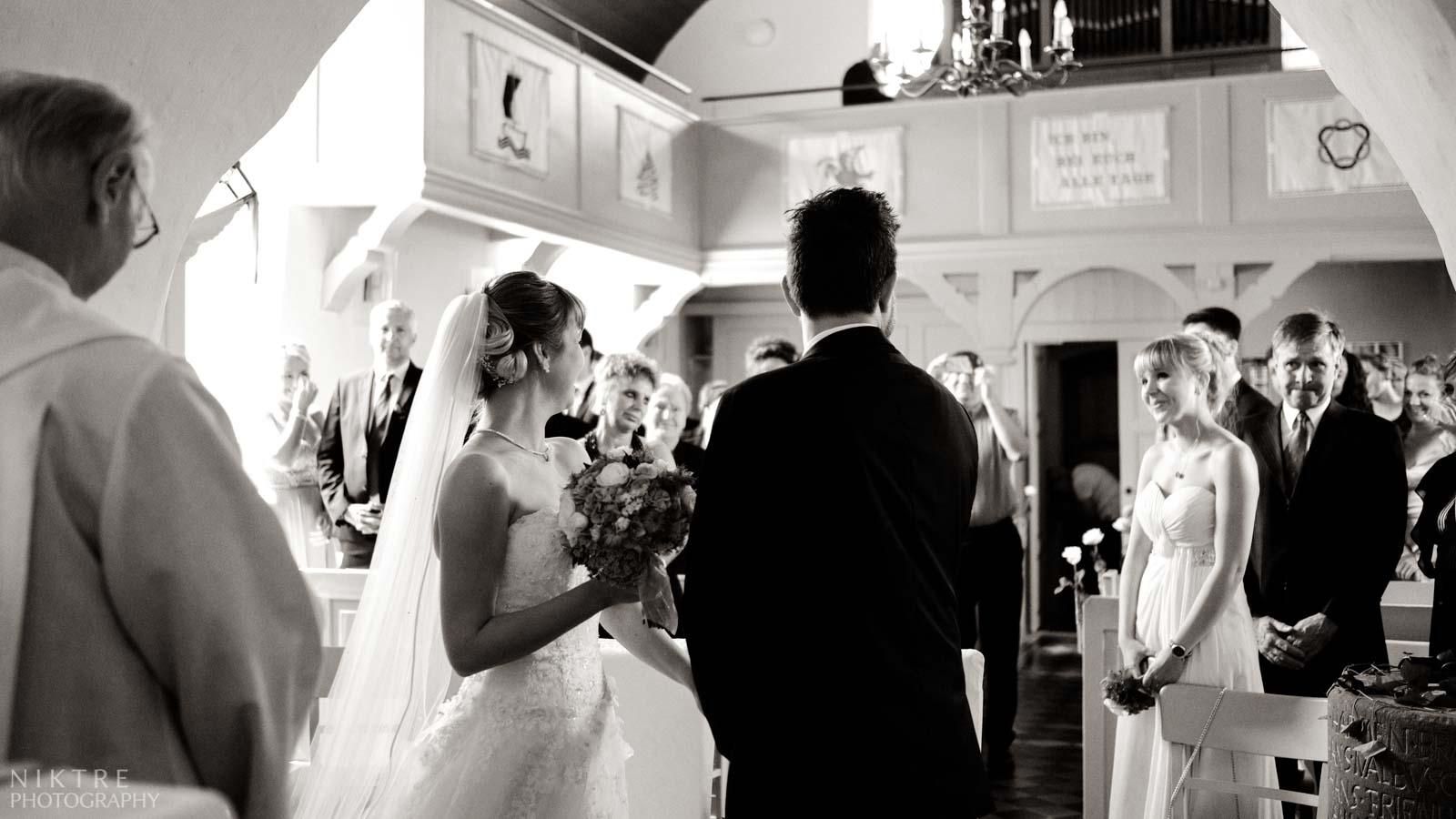 Das Brautpaar dreht sich zu den Gästen in der Kirche