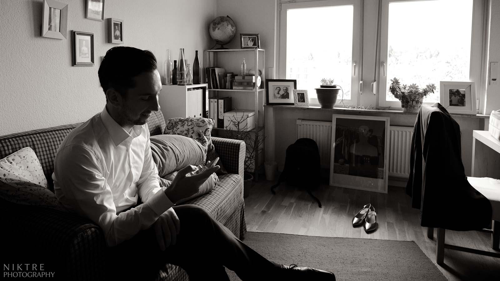 Vorbereitungen des Bräutigams in seinem Zimmer am Hochzeitstag