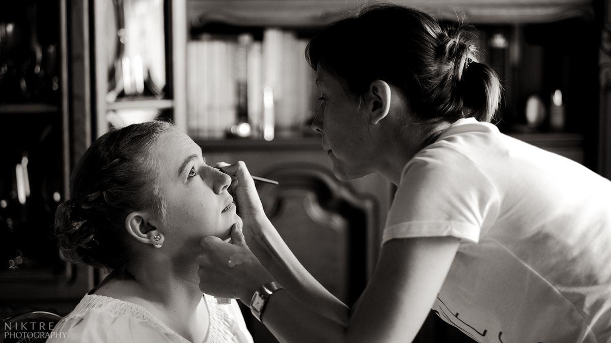 Trauzeugin beim Make-up vor dem Fenster