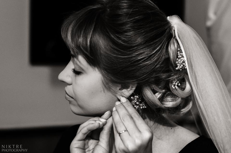 Eine Braut mit Schleier beim Getting Ready