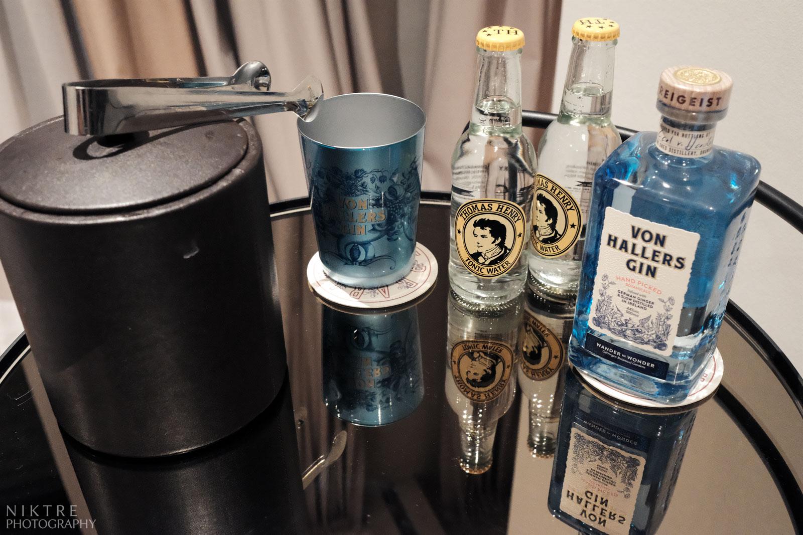 Erfrischungsgetränke beim Getting Ready für den Mann: Gin, Tonic, Eis