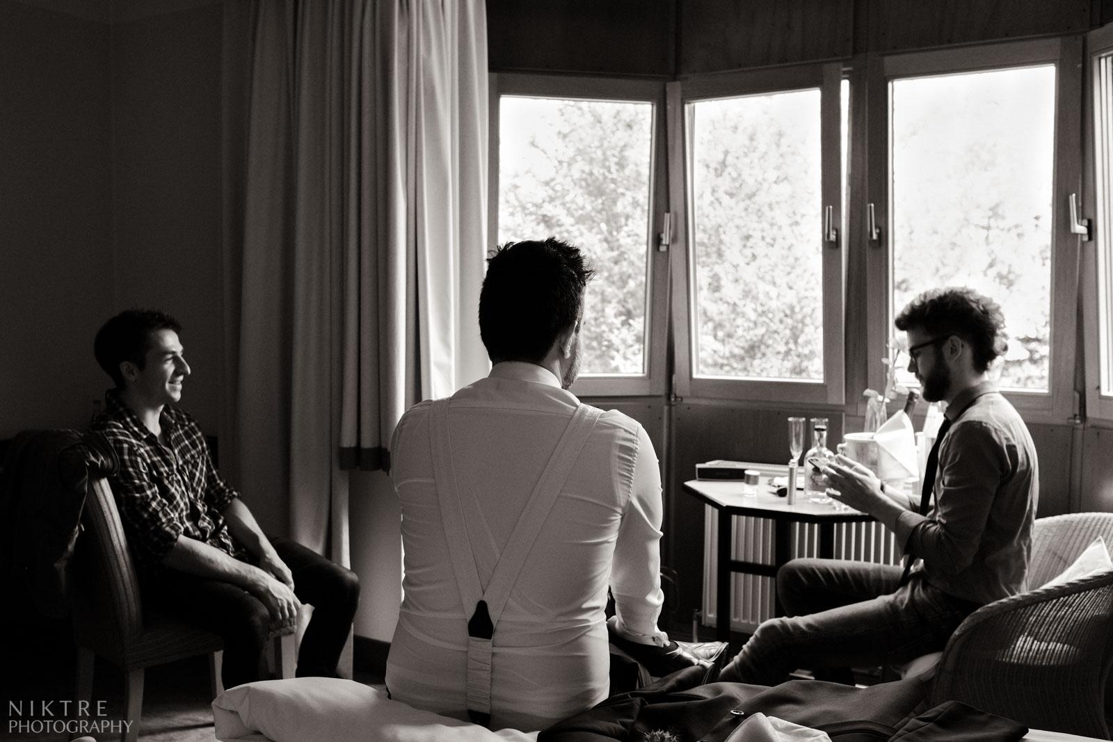 Bräutigam im Freundeskreis bei zwangloser Atmosphäre