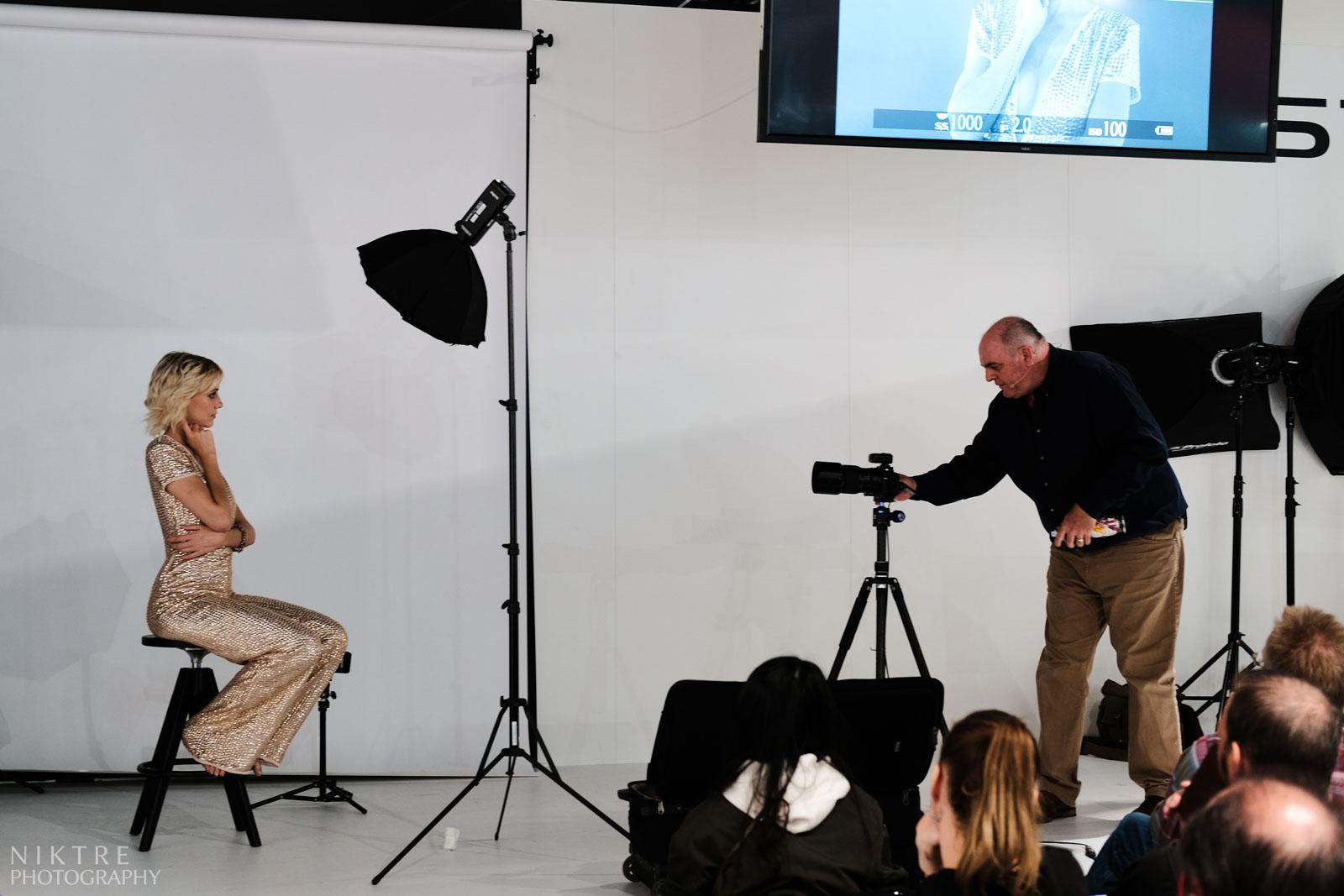 Damien Lovegrove beim Fotoshooting mit einer Model