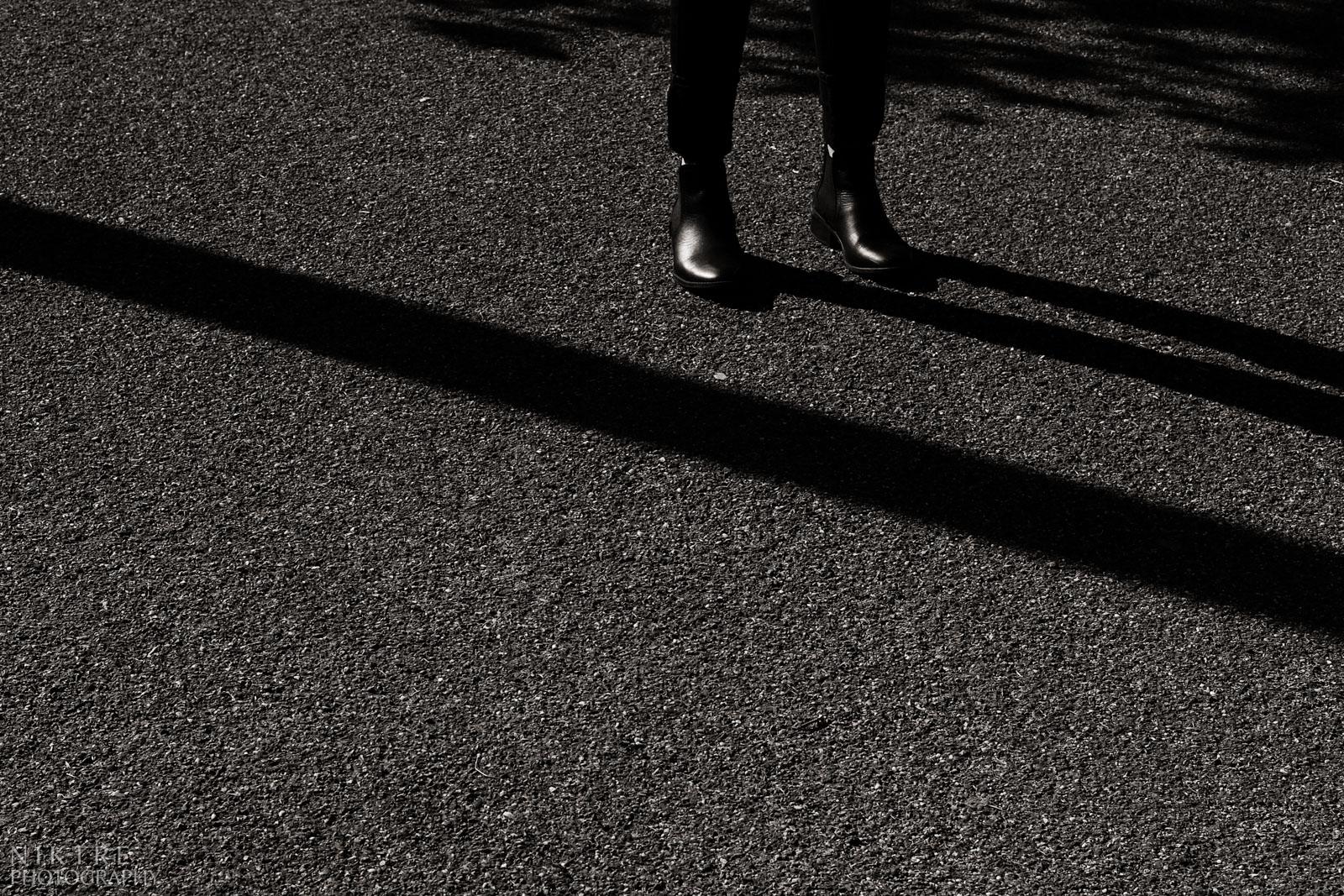 Stiefel von einer Frau und die Schatten