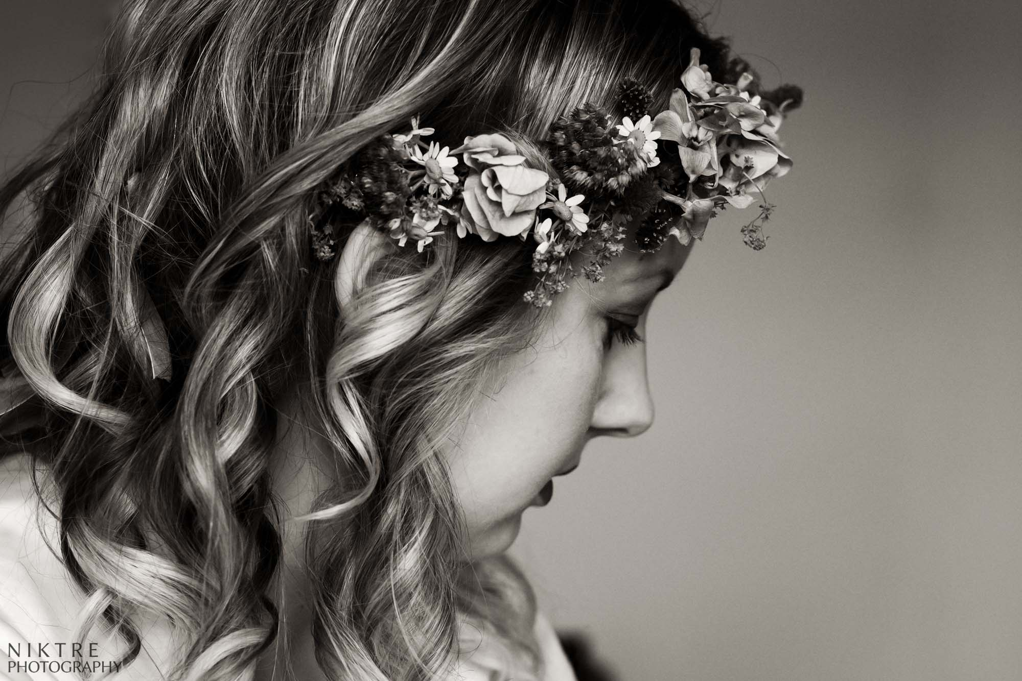 Momentaufnahme einer Braut mit dem Kranz