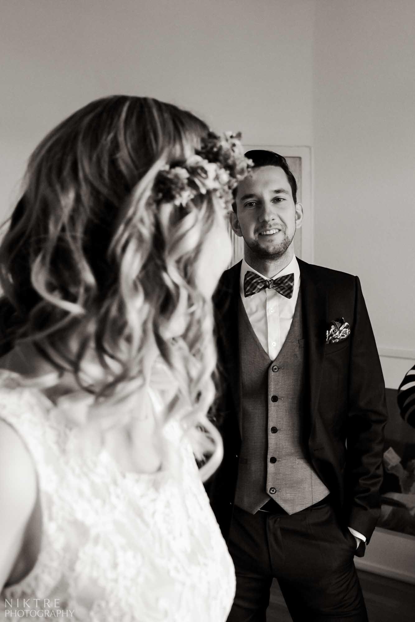Momentaufnahme zeigt den Ersten Look vin der Hochzeit