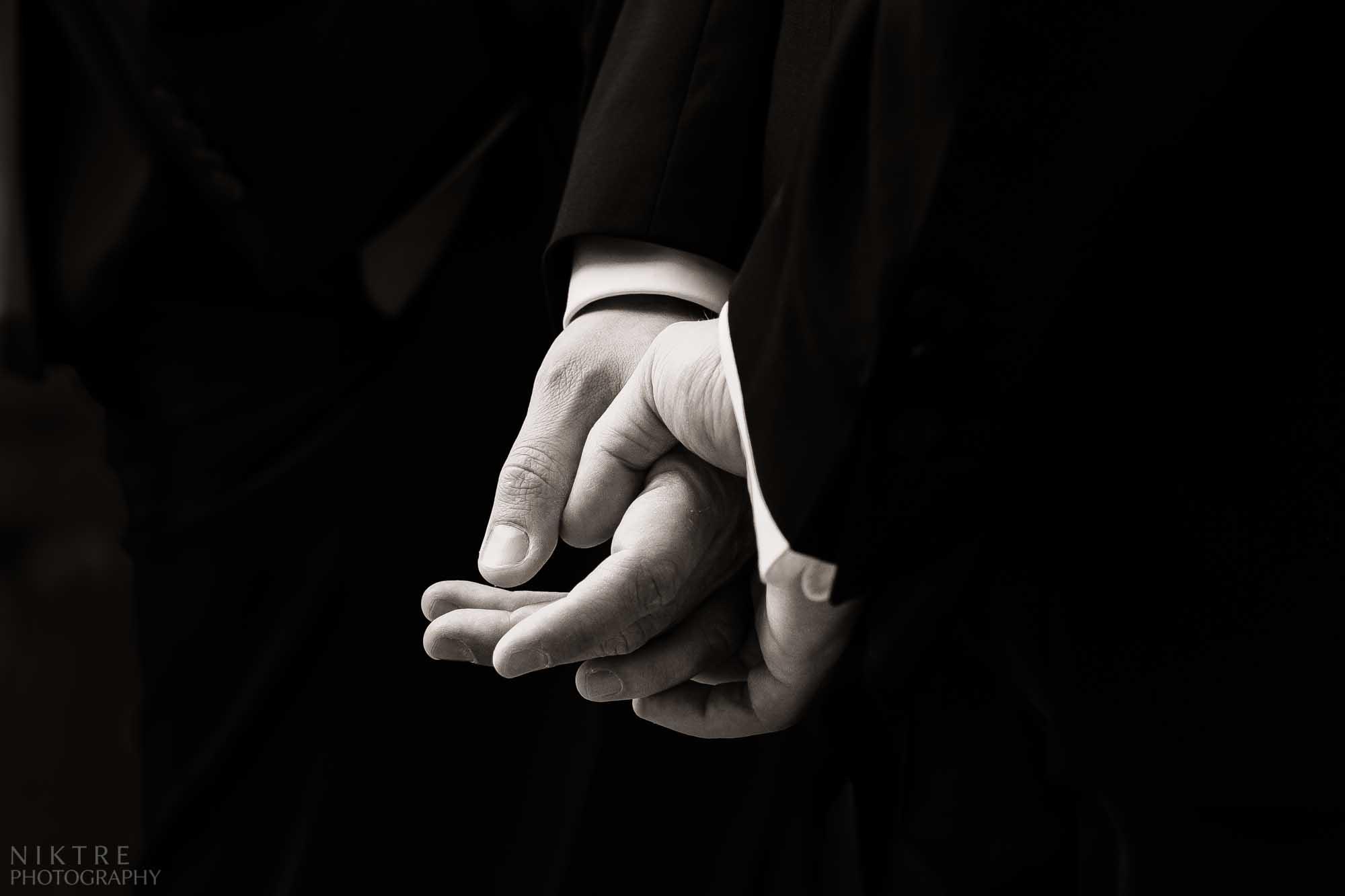 Hände des Bräutigams, der auf seine Braut Wartet