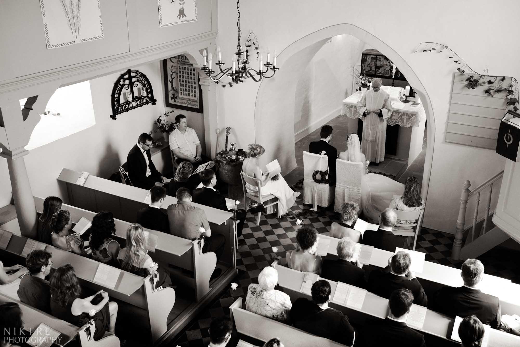 Momentaufnahme der kirchlicher Trauung von zweiter Etage
