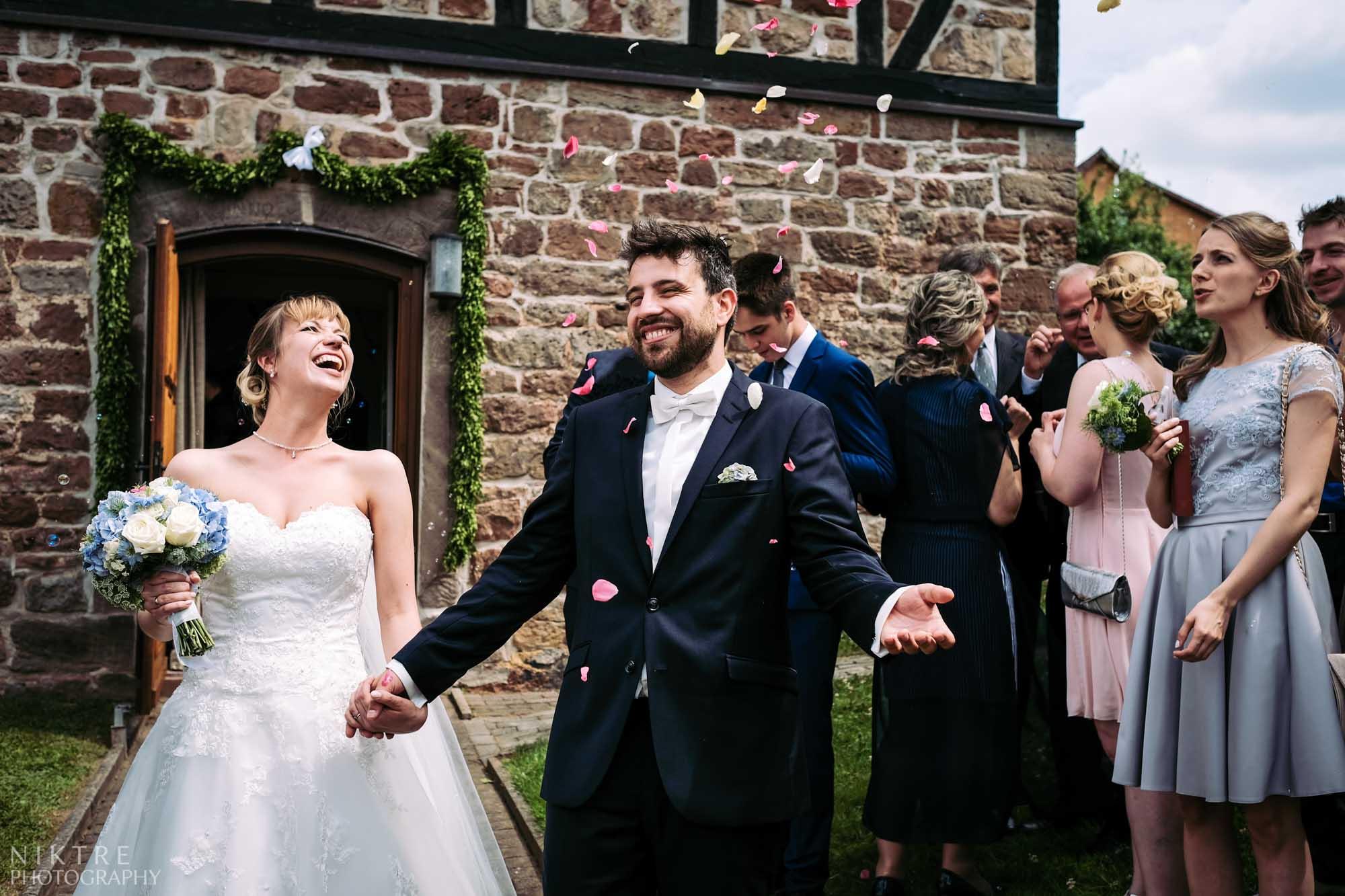 Rosenblätter-Prozession des Brautpaares