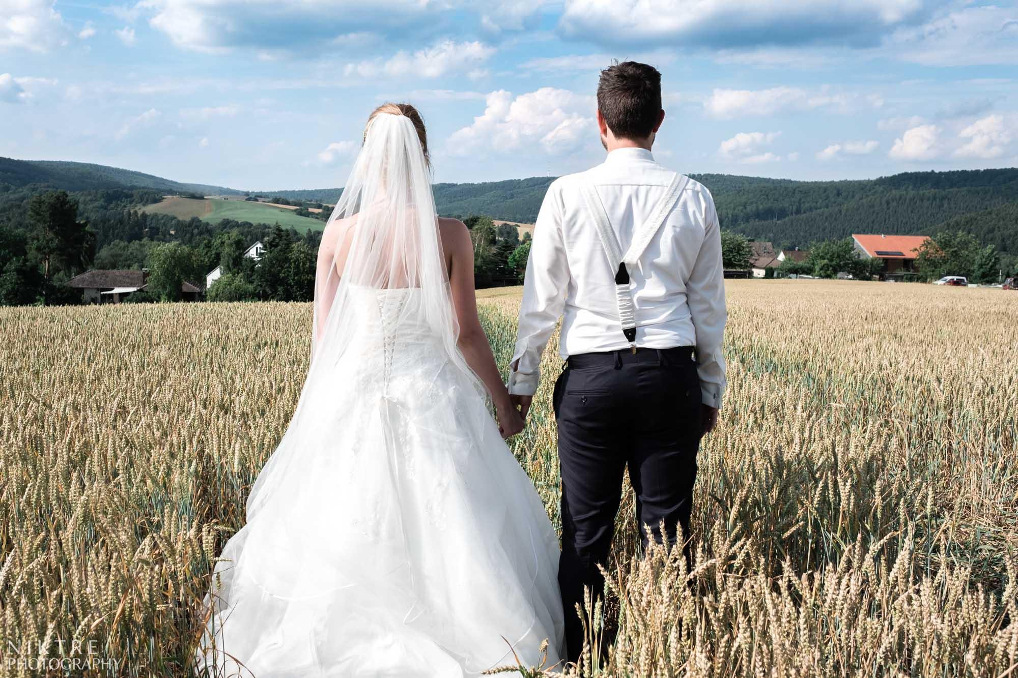 Hochzeitsshooting von Brautpaar im Weizenfeld