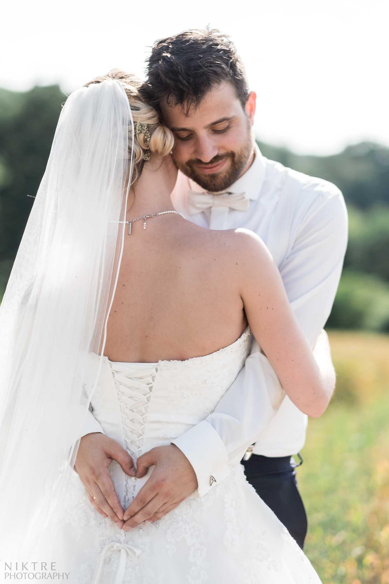 Bräutigam umarmt seine Braut auf einem romantischen Bild
