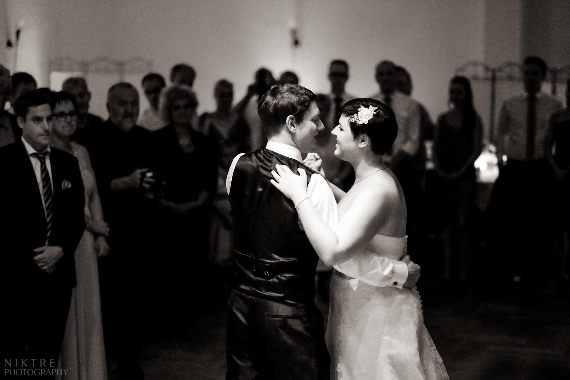 Brautpaar tanzt bei der Feier