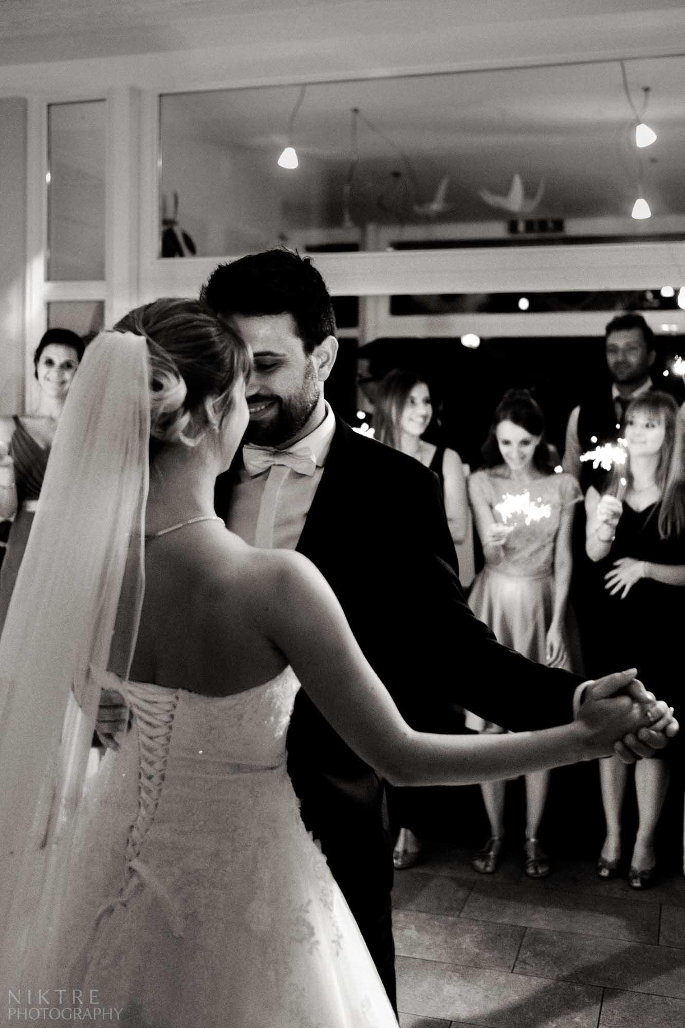 Stimmungsvolle Momentaufnahme des tanzenden Brautpaares mit begeisterten Gästen