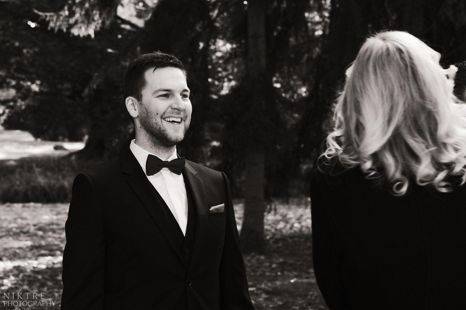 Bräutigam freut sich in Kurpark in Bad Soden