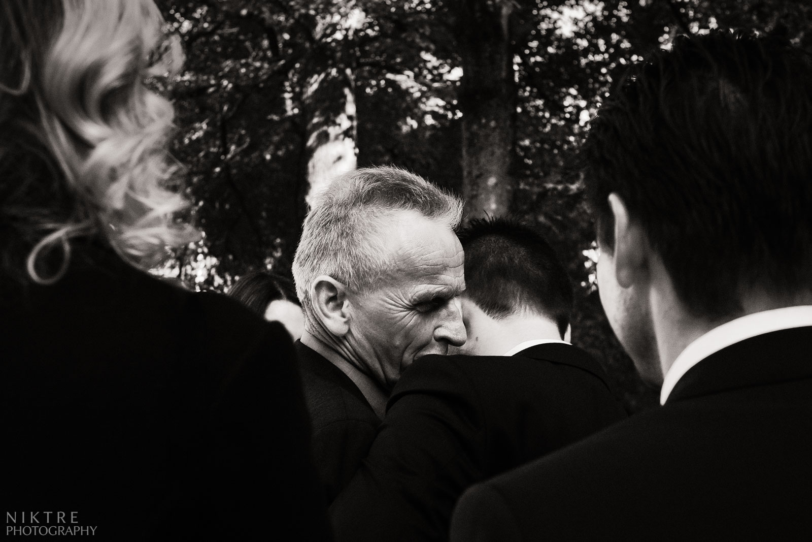 Vater begrüßt seinen Sohn vor der Trauung