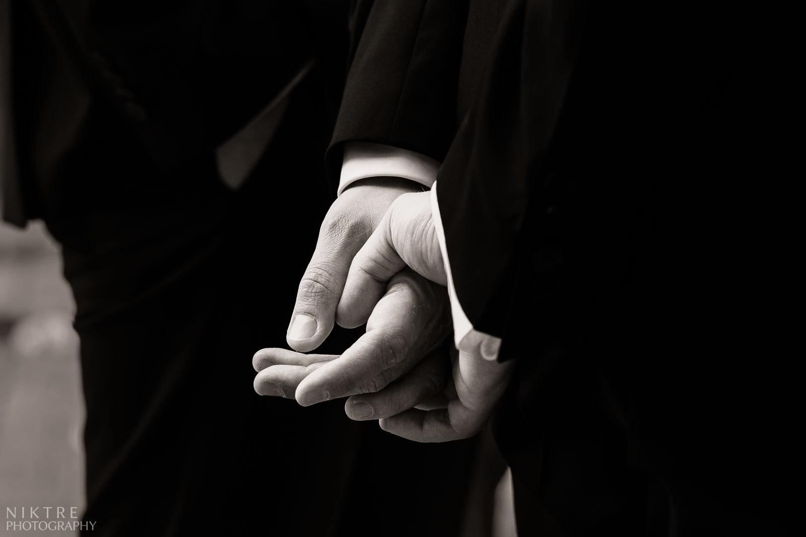Hände von Bräutigam zeigen seine Aufregung