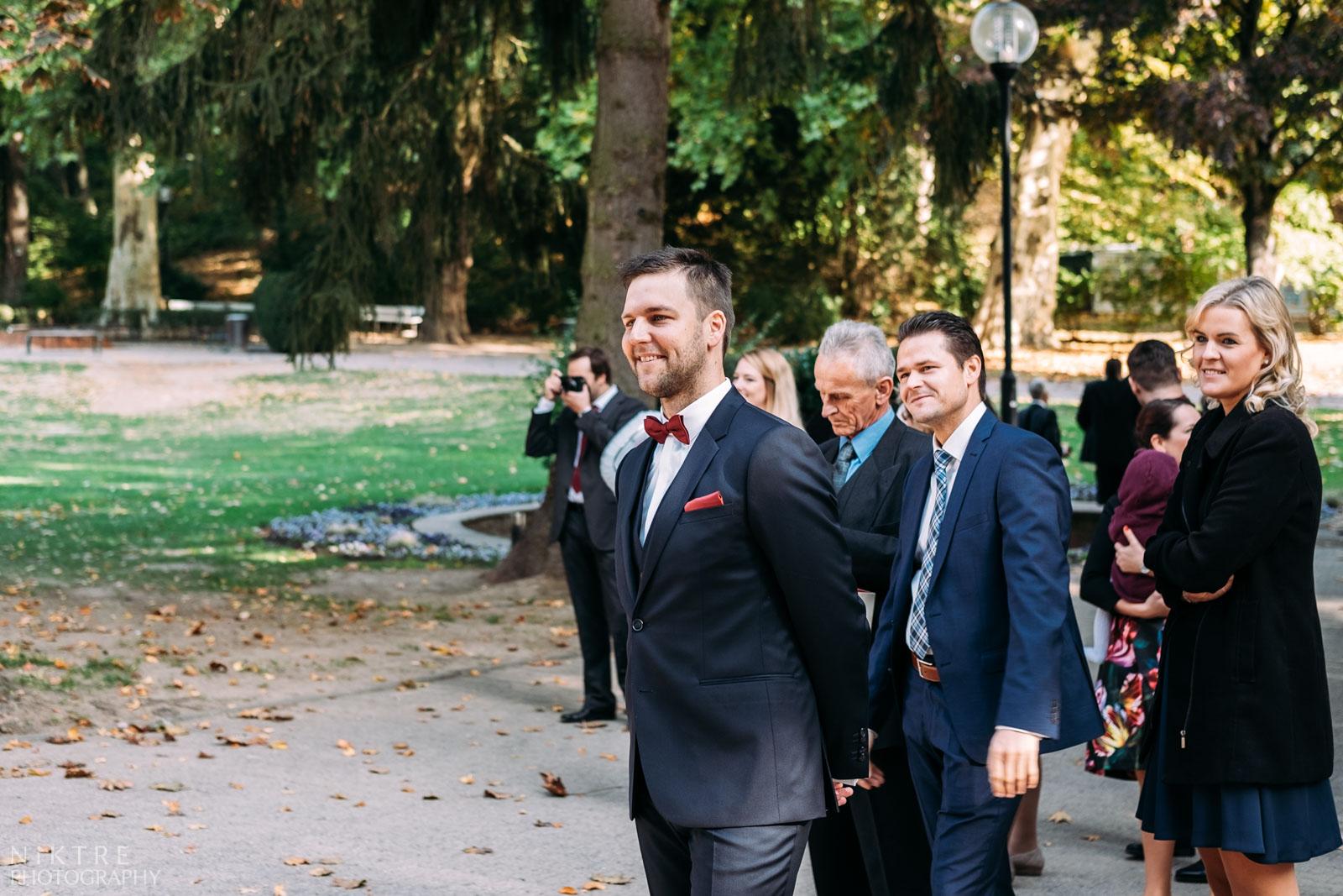 Alle Blicke richten sich an die Braut