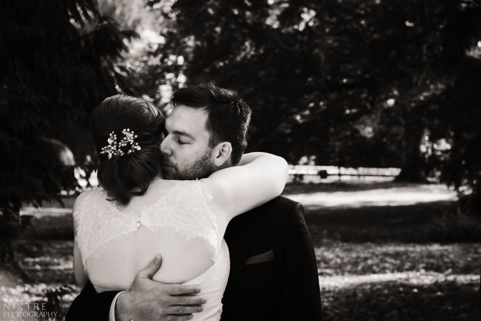 Der First Look - Umarmung vom Brautpaar